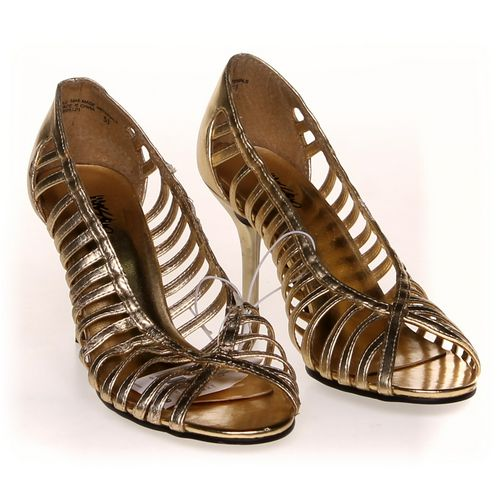 Mossimo Pumps in size 5.5 Women's at up to 95% Off - Swap.com
